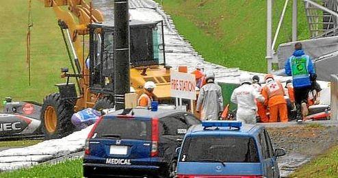 Los servicios medicos auxilian a Bianchi tras el accidente.