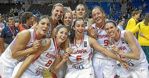 Las jugadoras de la selección española de baloncesto celebran la plata lograda en Turquía.