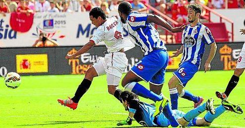 Carlos Bacca dribla a Lux y le bate para hacer el gol 3.500 del Sevilla en Liga.