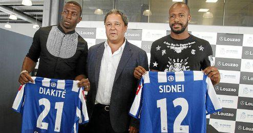 Diakité en su presentación con el Deportivo, junto a Sidney.