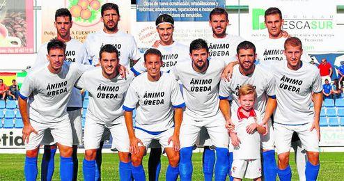 En la imagen, los jugadores del Écija muestran su apoyo a Úbeda