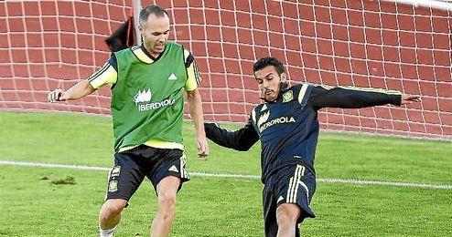 Iniesta entrenando junto a Pedro.