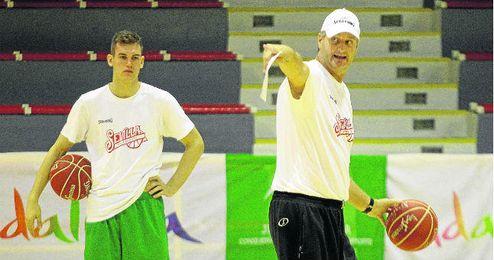 El técnico Scott Roth, durante un entrenamiento con el Baloncesto Sevilla.