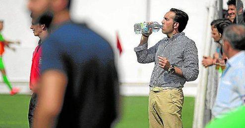 Miguel Ángel Montoya bebe agua durante el transcurso del duelo ante La Barrera.