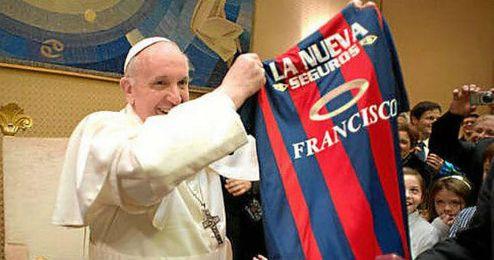 El Papa Francisco es un gran aficionado al fútbol y socio del San Lorenzo de Almagro.
