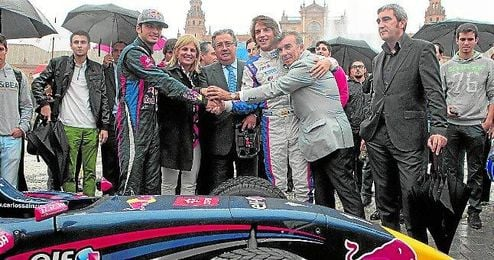 Carlos Sainz y Roberto Merhi junto al alcalde de Sevilla Juan Ignacio Zoido.