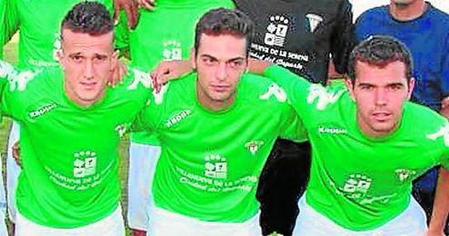 Jairo Caballero (centro), flanqueado por los exsevillistas Salvi y Espinar.