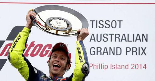Rossi levanta el trofeo que le acredita como ganador en Australia.