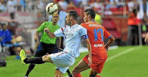 Fernando Navarro ante el Valencia.