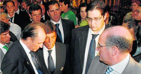 Sobre estas líneas, Manuel Ruiz de Lopera, acompañado por Paco Chaparro, por aquél entonces entrenador del primer equipo, Castaño y Larriba.