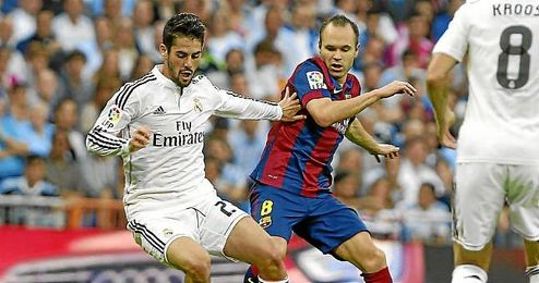 Iniesta, en un lance con Iniesta en el Real Madrid-Barcelona.