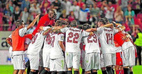 Los jugadores sevillistas hicieron una piña como conjura tras el duelo ante el Villarreal.
