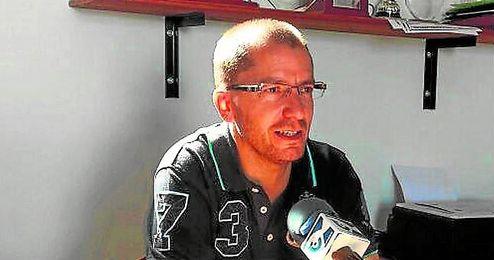 El entrenador del Gerena, José Juan Romero, atiende a los medios tras el Gerena-Conil del domingo.