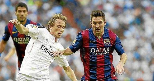 Modric en una lance con Messi en el clásico