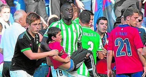 N´Diaye rescató al joven de 9 años Ibai Cadena del tumulto generado por el derrumbe.