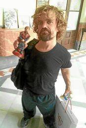 Peter Dinklage, o Tyrion Lannister en la serie, con una bolsa del Sevilla FC.