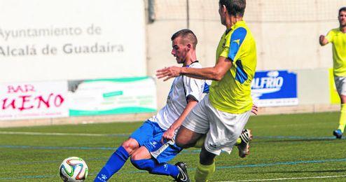 En la imagen, Antonio Iglesias Carrasco ´Gordi´, natural del sevillano barrio de Las Tres Mil Viviendas, golpea el esférico en un lance contra el Coria.