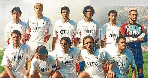 Ingesson, de pie segundo por la izquierda, en un partido con el AS Bari