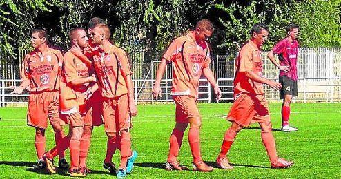 El equipo dirigido por Martínez Gámez celebra un tanto ante el Triana.