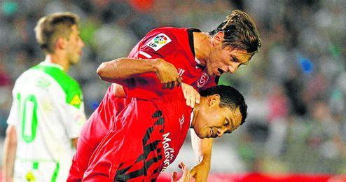 Los sevillistas Grzegorz Krychowiak y Carlos Bacca celebran uno de los goles conseguidos durante la victoria del conjunto nervionense en el derbi regional ante el Córdoba.