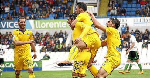 Partido de Segunda entre el Racing y el Alcorcón. Nagore celebra su gol.