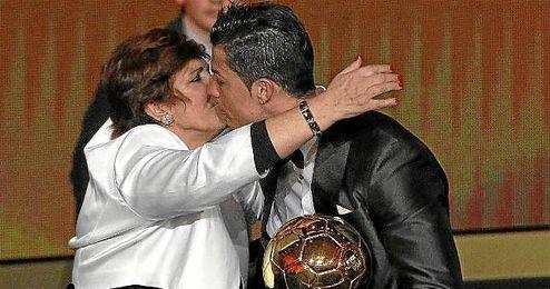 Ronaldo recibe el abrazo de su madre tras conseguir el Balón de Oro del pasado año.
