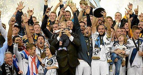El equipo del Galaxy levantando la Copa MLS de 2012
