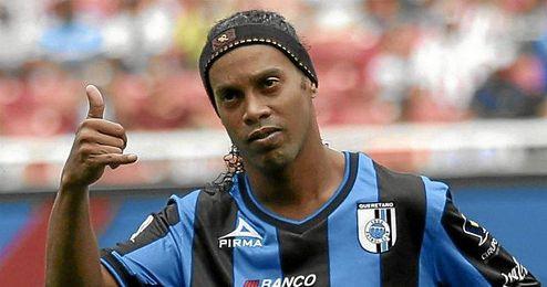 Ronaldinho en un partido con el Querétaro.