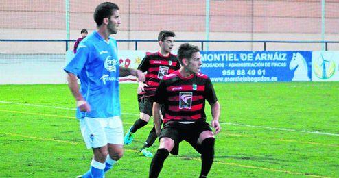 Javi Medina, en segundo término, sigue con atención un lance del San Fernando-Gerena