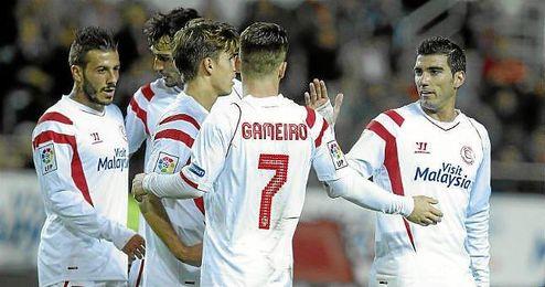 Los jugadores sevillistas celebran el gol de Gameiro.