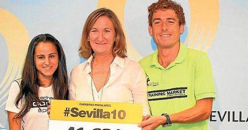 Sánchez Estrella (en el centro) junto a los dos ganadores del Circuito de carreras populares.