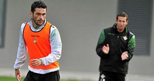 Imagen de Molina en el entrenamiento, detrás, Merino.