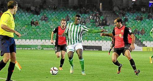 N´Diaye en un lance ante Verza en el Betis-Almería.