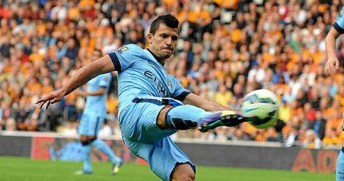 Agüero golpea el balón en un partido con el City.