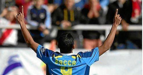 Bacca celebra el gol señalando al cielo de Vallecas.
