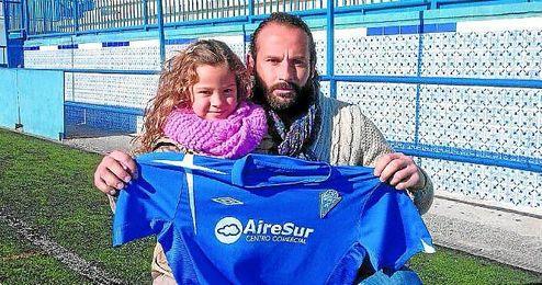 Carlos Alberto posa para ESTADIO con su hija Cayetana, de cinco años, en el Antonio Almendro.