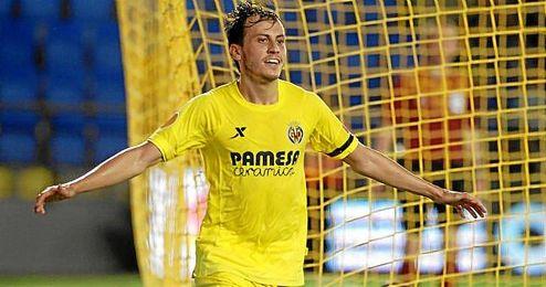 Espinosa celebra uno de los cuatro goles que el Villarreal marcó al Apollon en El Madrigal.