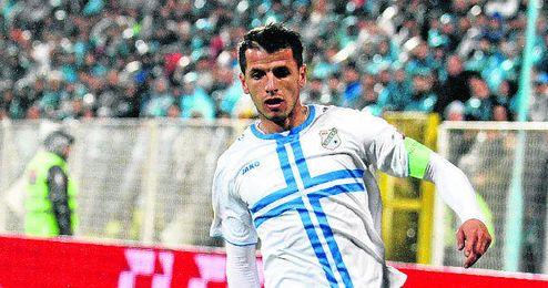 Anas Sharbini conduce un balón como jugador del Rijeka.