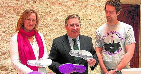 La delegada de Deportes, María del Mar Sánchez, y el alcalde, Juan Ignacio Zoido, presentaron las zapatillas personalizadas del Maratón.