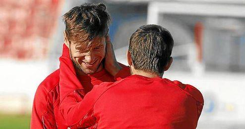 Krychowiak sonríe junto a Coke en un entrenamiento.