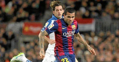 Dani Alves conduce un balón durante el derbi catalán entre el Barcelona y el Espanyol.