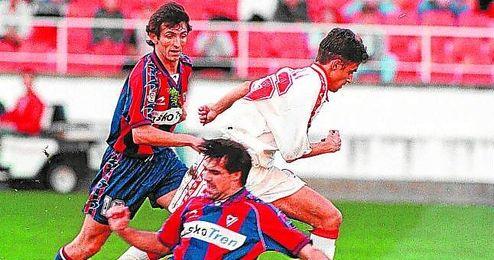 Jesuli se marcha de dos armeros durante la victoria sevillista (2-0) en la 98/99.