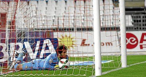 Dani Giménez, desolado tras el gol que Zongo le marcó desde el centro del campo.