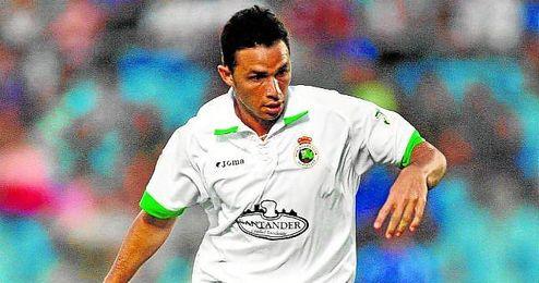 En la imagen, Rubén Castro conduce un balón durante un duelo del Racing, club con el que apenas intervino en 24 minutos en partido oficial.
