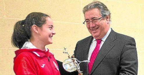 La joven gimnasta sevillana Ana Pérez fue recibida por el alcalde, Juan Ignacio Zoido, y por la delegada de Deportes, María del Mar Sánchez Estrella.