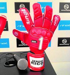Imagen de uno de los guantes que luce Sergio Rico.