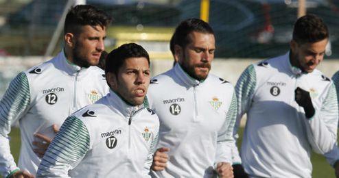 Algunos jugadores del Betis durante un entrenamiento.