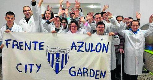 El Frente Azulón, integrado por personas de la Asociación Marafiki, acude a los partidos del Ciudad Jardín para animar a su equipo.