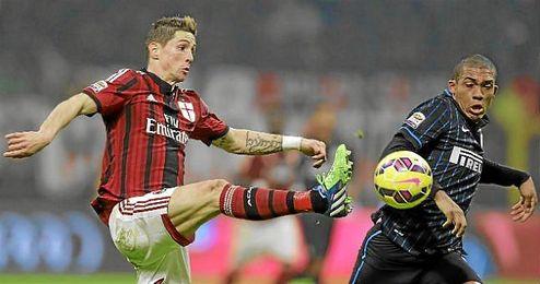 Fernando Torres en el derbi de Milan ante Juan Jesus.