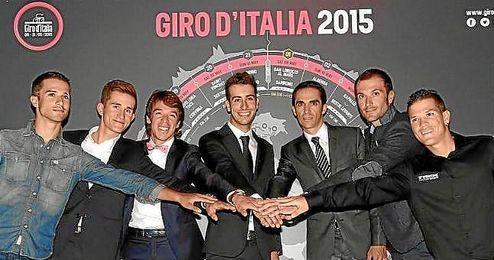 De izquierda a derecha: Bouhanni, Kwiatkowski, Urán, Aru, Contador, Basso y Arredondo, en la presentación del Giro 2015.
